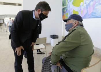 Axel Kicillof junto a un adulto mayor en el anuncio sobre vacunación.